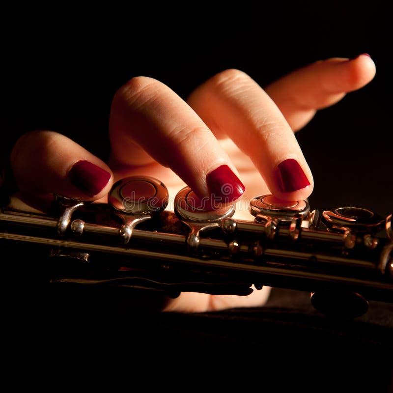 演奏妇女年轻人的长笛 免版税库存照片