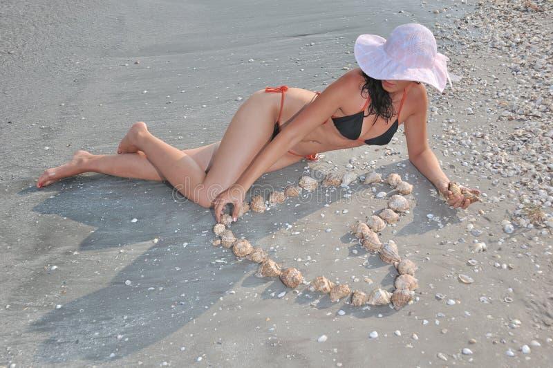 演奏妇女的海滩 免版税库存照片