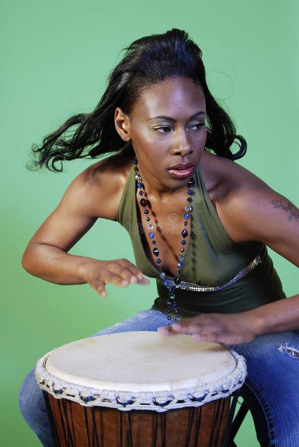 演奏妇女的非洲裔美国人的美丽的鼓 库存照片