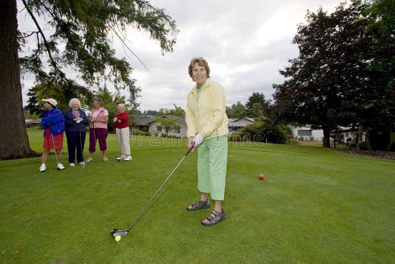 演奏妇女的高尔夫球 免版税图库摄影