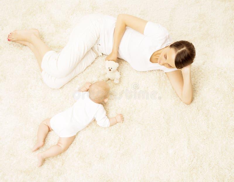演奏婴孩,与妈妈戏剧玩具的愉快的新出生的孩子,家庭的母亲 免版税库存图片