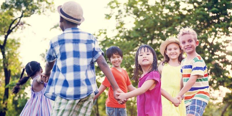 演奏嬉戏的活跃概念的儿童朋友 库存图片