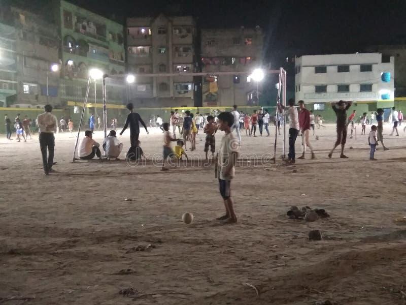 演奏孩子在夜间的公园在加尔各答印度 免版税库存图片