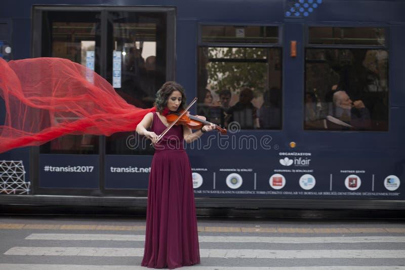 演奏小提琴妇女年轻人 弹她的小提琴的妇女 库存照片