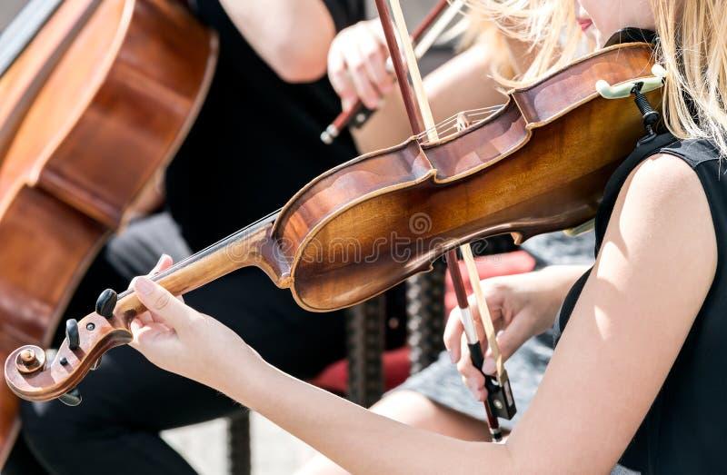 演奏小提琴妇女年轻人 免版税库存照片