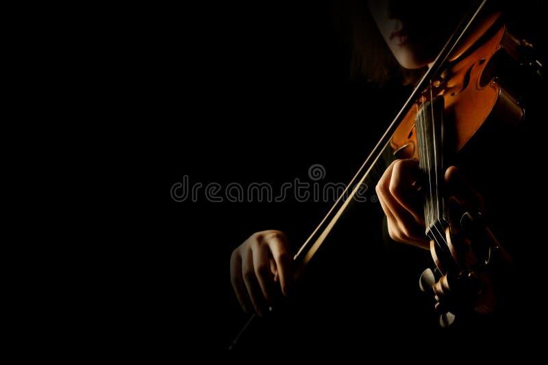 演奏小提琴特写镜头的手 免版税库存照片