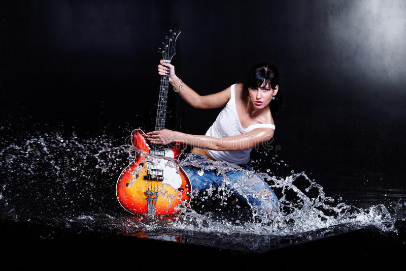 演奏岩石卷的女孩吉他n 图库摄影