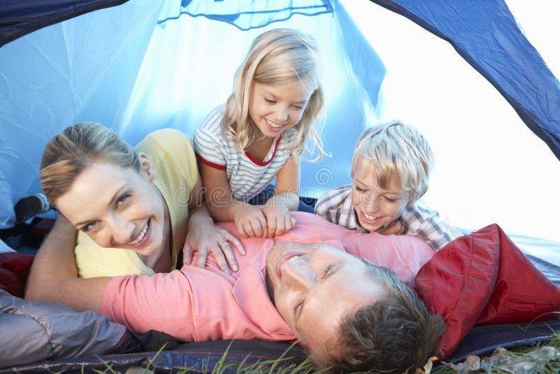 演奏帐篷年轻人的系列 免版税库存图片