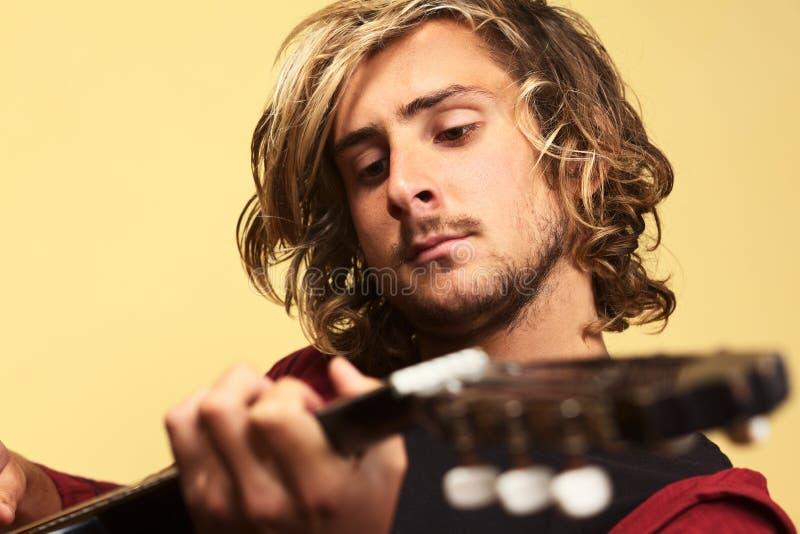 演奏年轻人的吉他人 库存照片