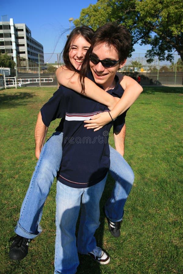 演奏年轻人的夫妇肩扛 库存照片