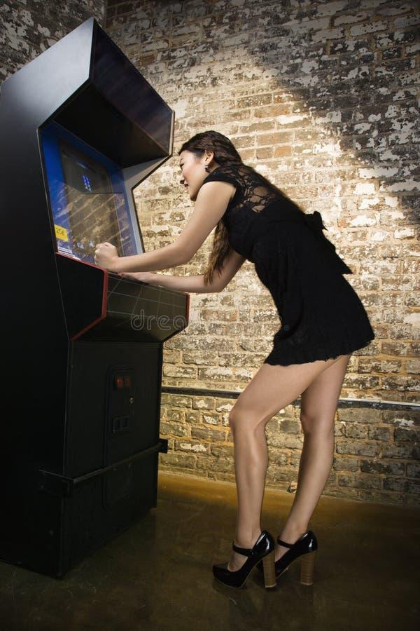 演奏录影的比赛女孩 免版税库存照片