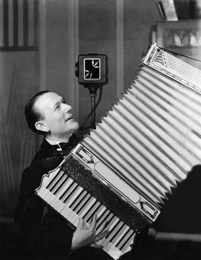 演奏手风琴的人(所有人被描述不更长生存,并且庄园不存在 供应商保单将没有 免版税图库摄影