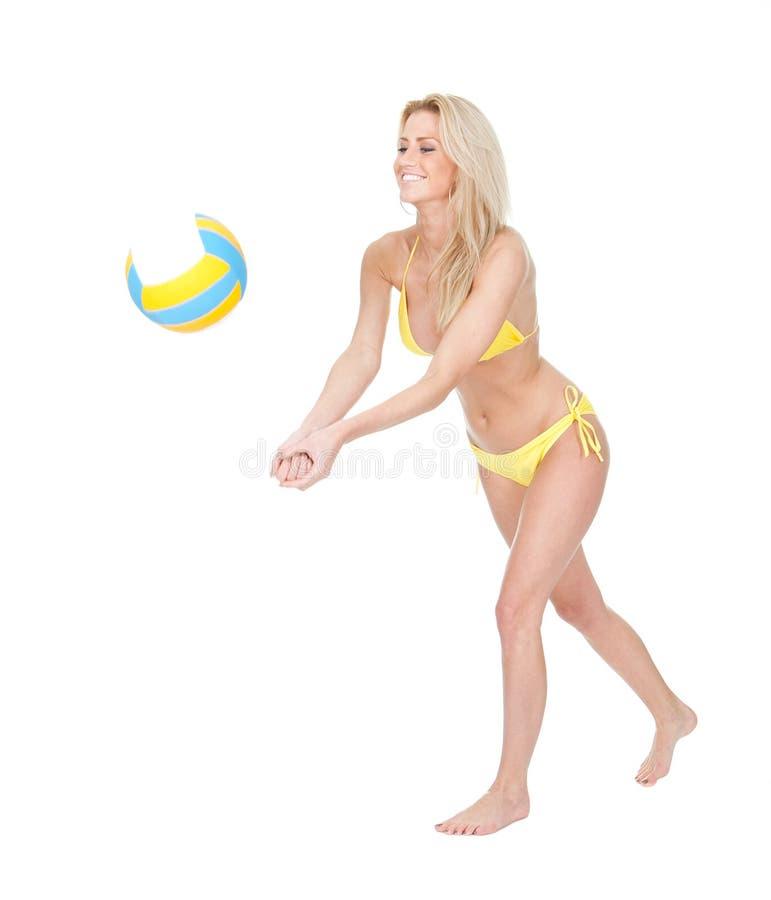 演奏排球妇女年轻人的美丽的比基尼泳装 免版税库存照片