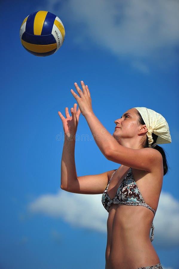 演奏排球妇女的海滩 库存图片