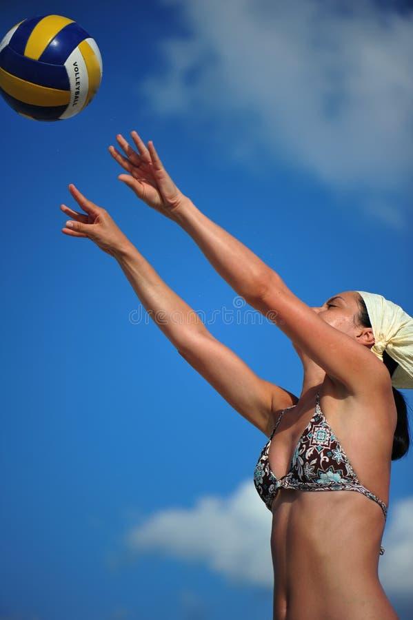 演奏排球妇女的海滩 库存照片
