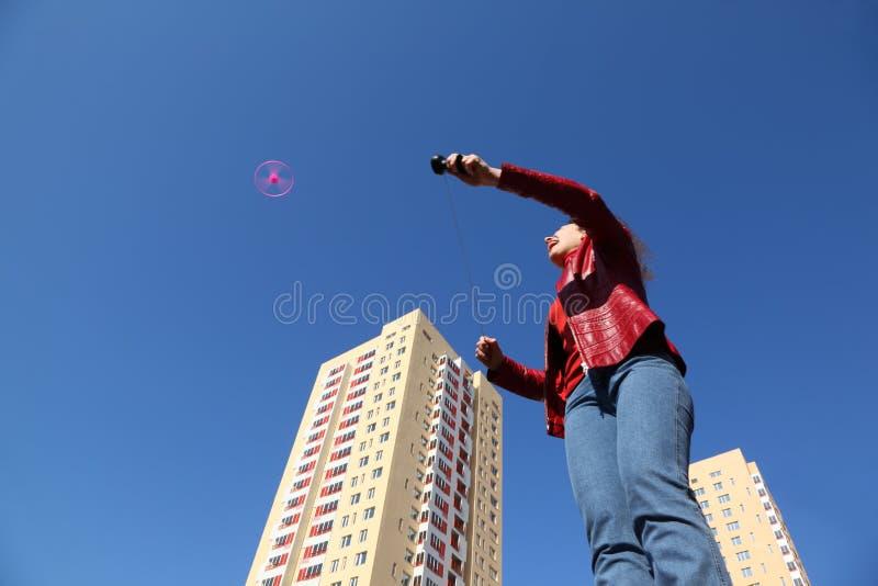 演奏推进器妇女的夹克牛仔裤 免版税库存照片
