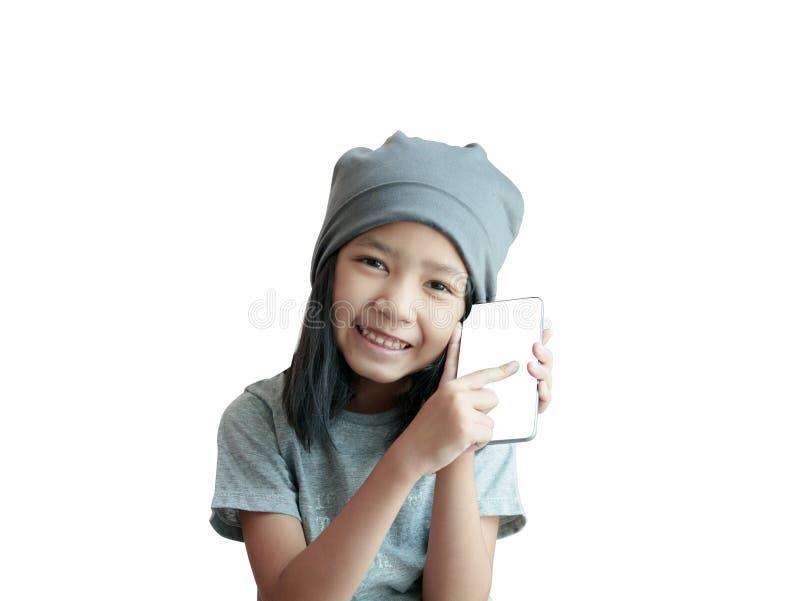 演奏有幸福和微笑的女孩智能手机 有灰色布料盖帽的亚洲女孩藏品电话在白色背景 库存照片