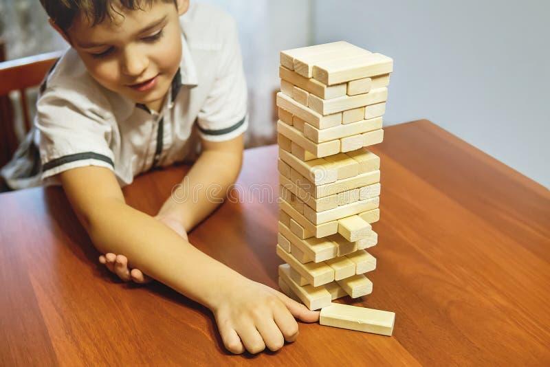 演奏木刻的孩子堆积比赛,学习和发展背景概念 免版税库存图片