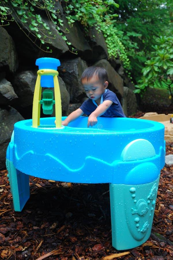演奏水的子项pic1 免版税库存照片