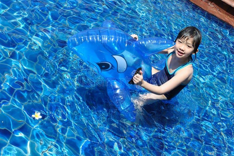 演奏池游泳的亚洲孩子 库存图片