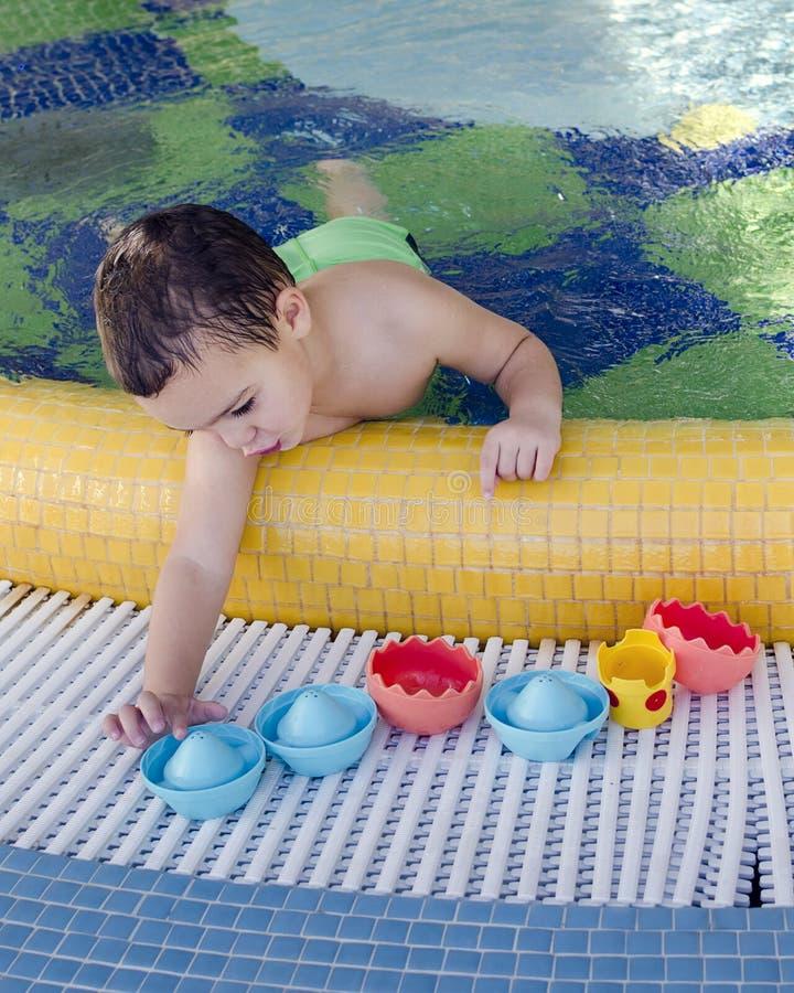 演奏池游泳的子项 库存照片
