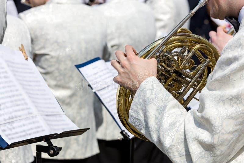 演奏法国号的乐队音乐家在街道费斯特期间 免版税库存照片