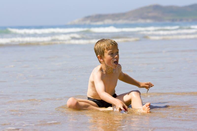 演奏海运年轻人的男孩 免版税库存图片