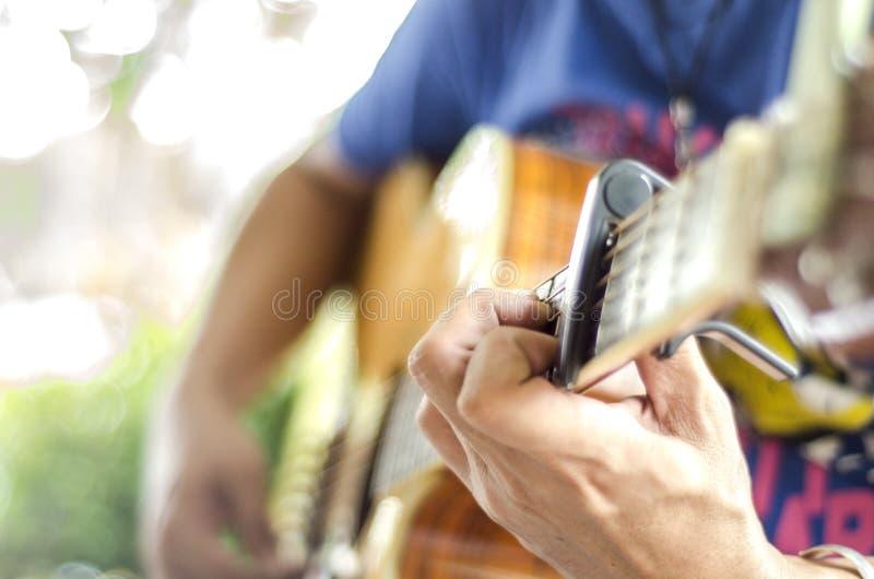 Download 演奏演奏与吉他的吉他…美丽的青少年的女孩音乐 库存图片. 图片 包括有 吉他, 音乐家, 当事人, 绳子 - 59110391