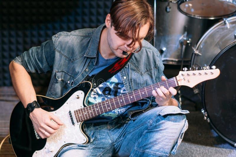 演奏独奏,特写镜头的低音吉他球员 图库摄影