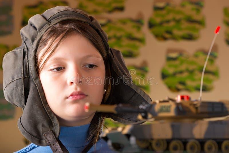 演奏玩具军事坦克的女孩 库存图片