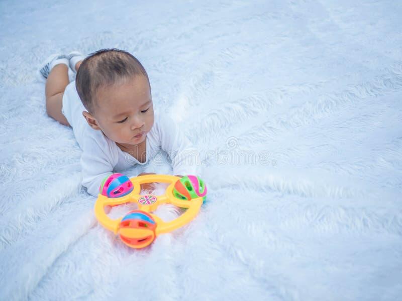 演奏玩具在夏天在公园,婴儿轻便小床的玩具的新生儿 库存照片