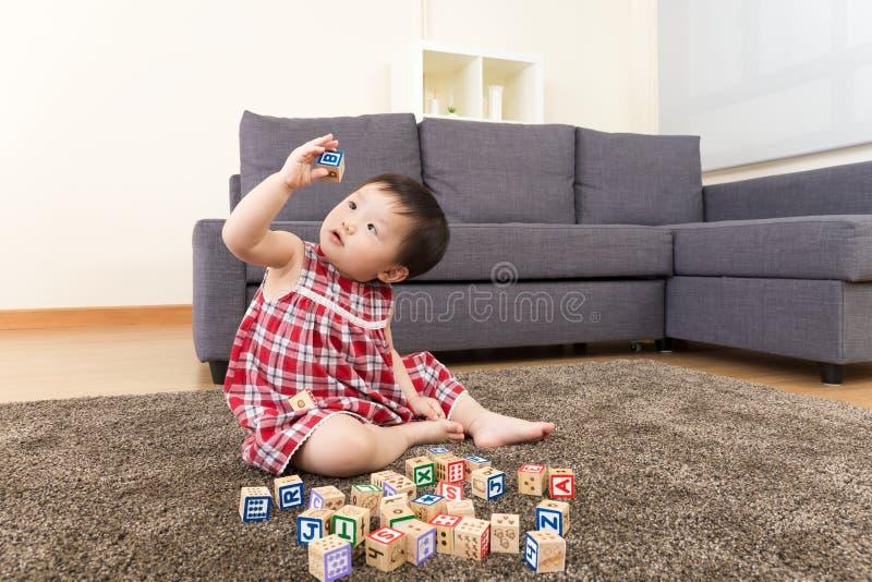 演奏玩具块的亚裔女婴 库存照片