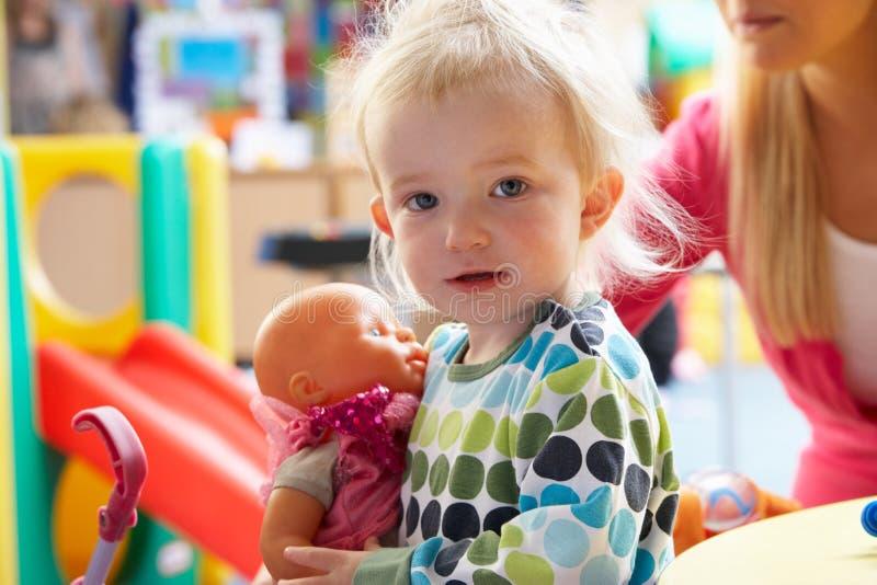 演奏玩具的女孩新 免版税库存照片