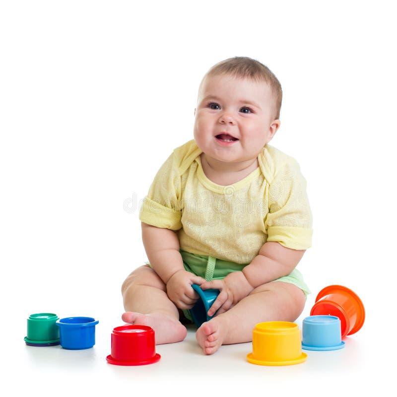 演奏玩具的女婴 免版税图库摄影