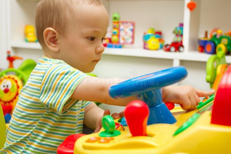 演奏玩具的婴孩 库存照片