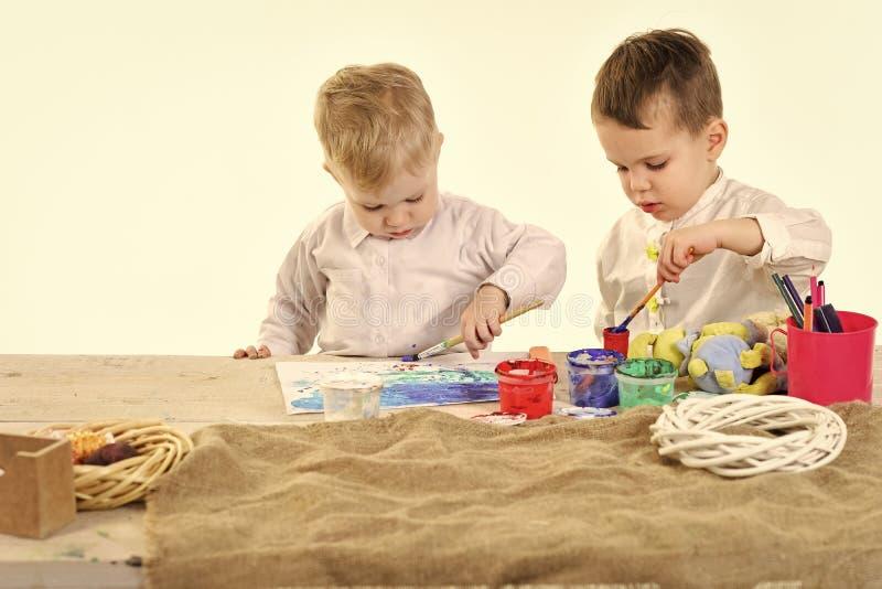 演奏玩具的孩子 愉快的家庭庆祝春天假日,爱 免版税库存照片