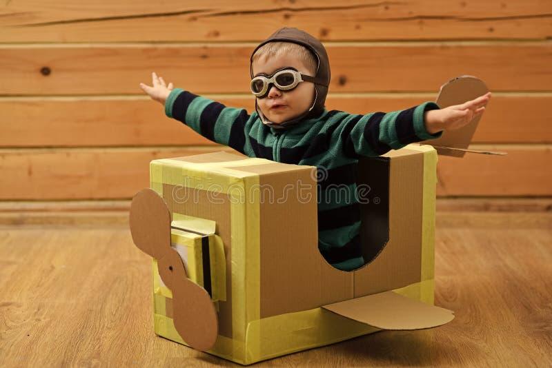 演奏玩具的孩子 试验旅行,机场,想象力 免版税图库摄影