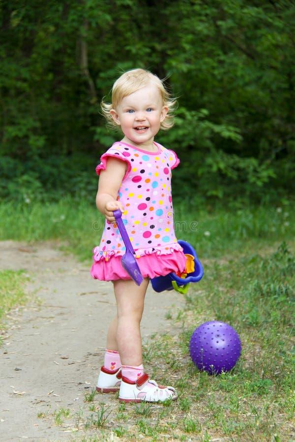 演奏玩具的小女孩 库存图片