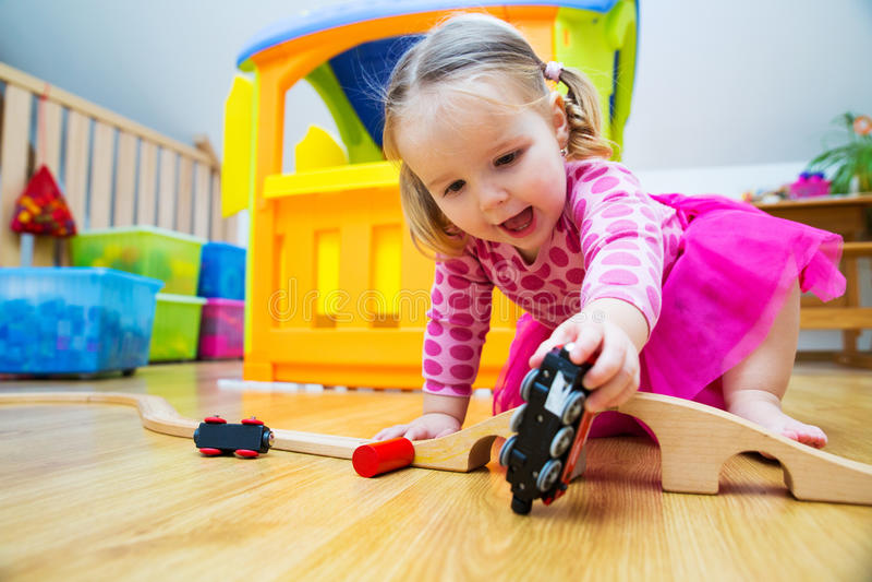 演奏玩具的婴孩 图库摄影