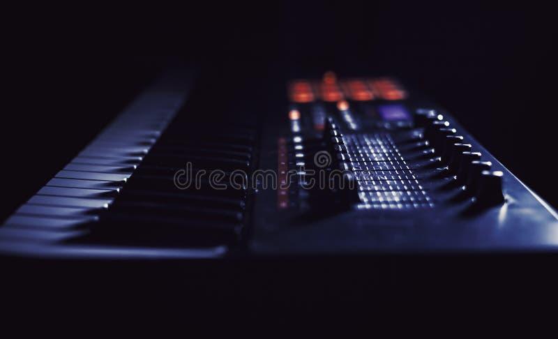 演奏现代密地键盘 免版税图库摄影