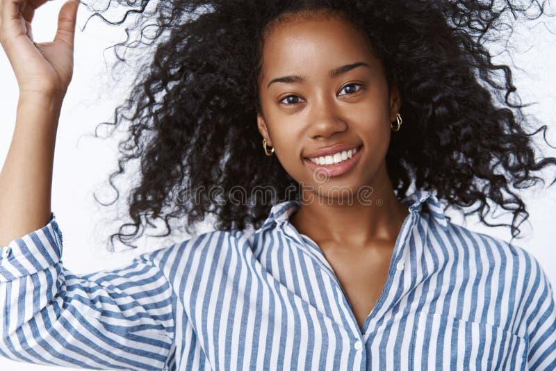 演奏理发的特写镜头女性时尚生活方式博客作者检查微笑的头发广泛地看起来确信厚脸皮咧嘴 免版税库存照片