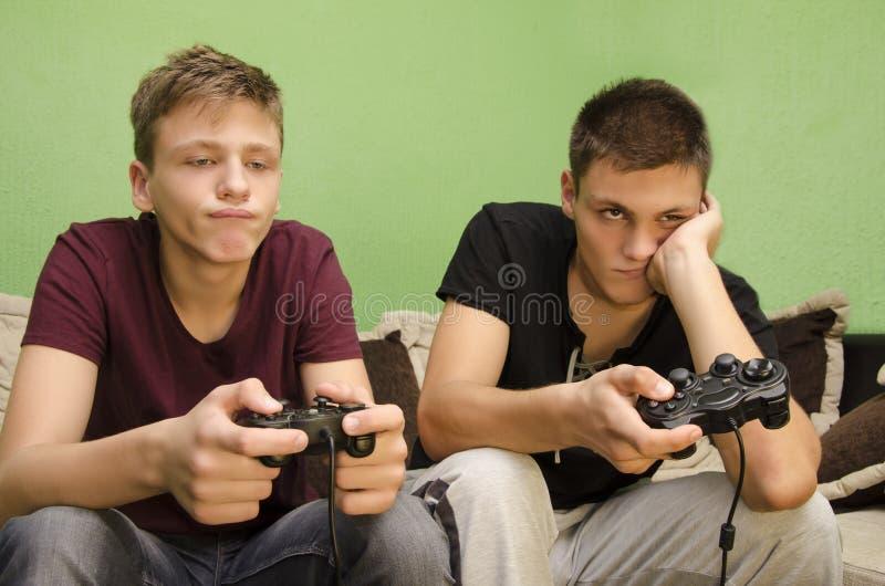 演奏电子游戏乏味的兄弟 免版税库存图片