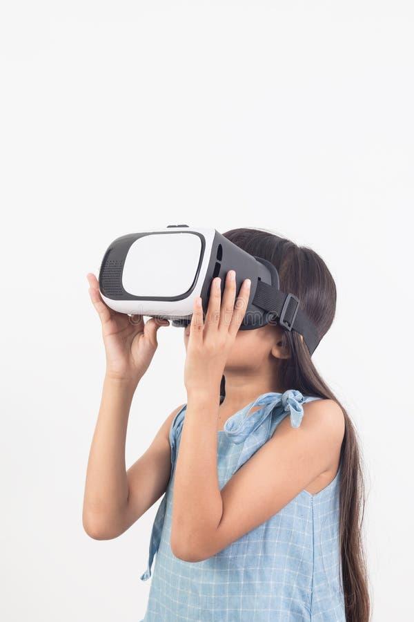 演奏电子游戏虚拟现实玻璃的女孩 免版税库存图片