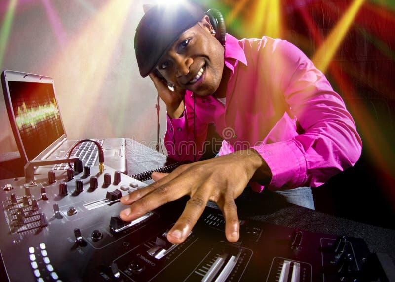 演奏电子音乐的男性DJ 免版税库存照片