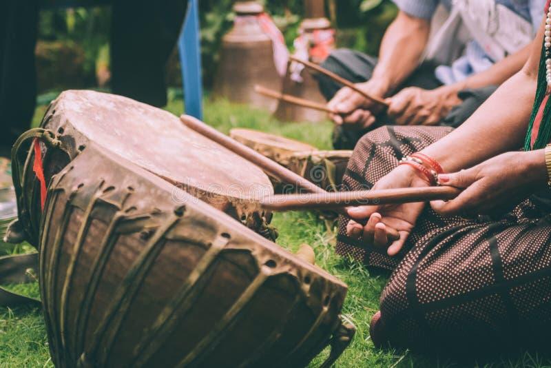 演奏皮革鼓用棍子的人播种的射击  免版税库存照片