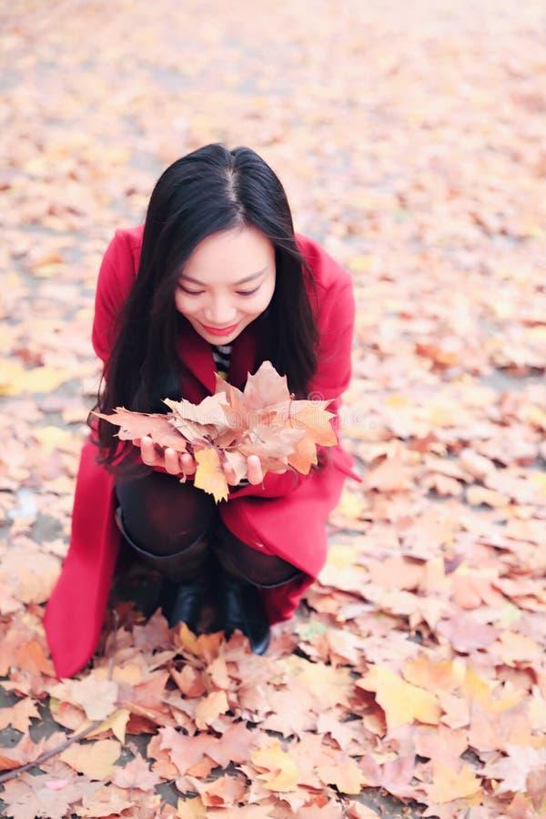 演奏秋天叶子的女孩 库存图片