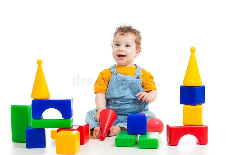 演奏积木的孩子 库存图片