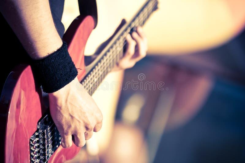 演奏红色的吉他 免版税库存图片