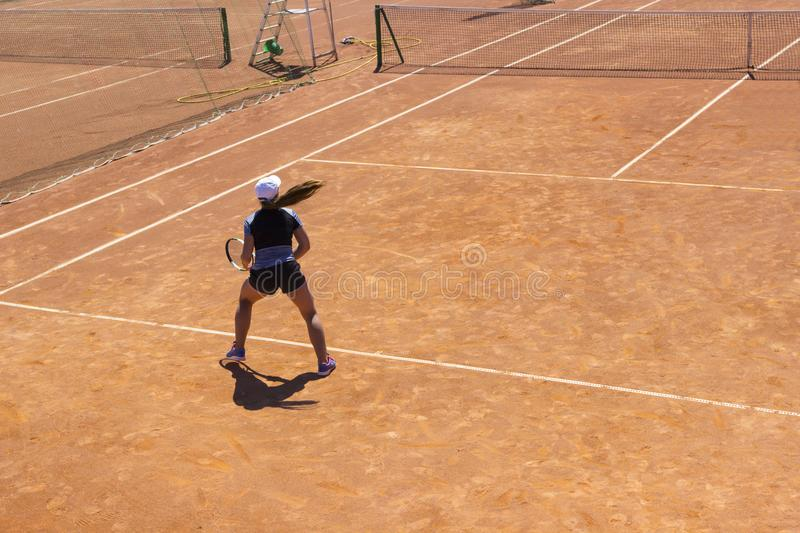 演奏网球妇女 有球拍的年轻网球员 打网球的女孩 免版税图库摄影