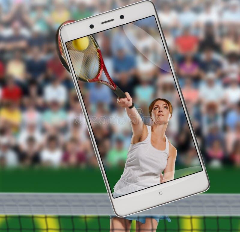 演奏网球妇女 免版税库存照片